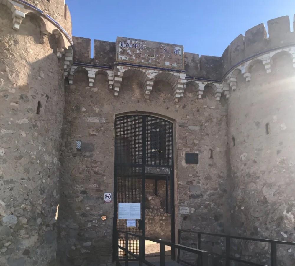 A entrada do Castelo de Onda, conhecido pelas 300 ondas