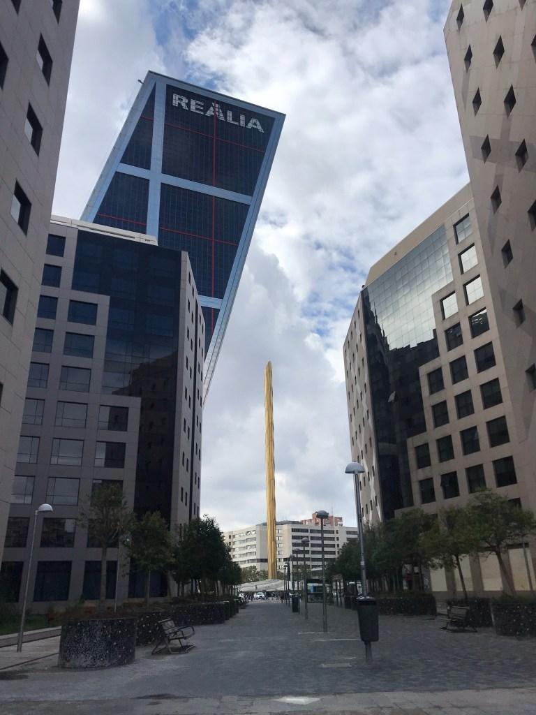 Obelisco Calatrava e as Torres Kio de Madrid