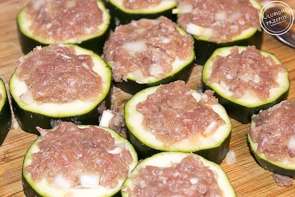 Cukinia faszerowana mięsem mielonym w formie kotletów