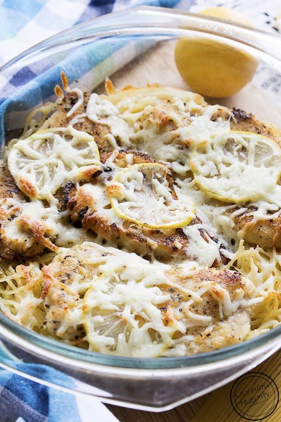 Cytrynowa pierś z kurczaka z parmezanem, mozzarellą i spaghetti
