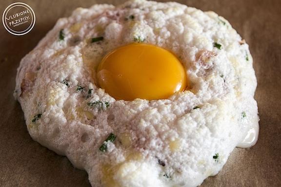 Pieczone jajka z żółtym serem, szynką i szczypiorkiem
