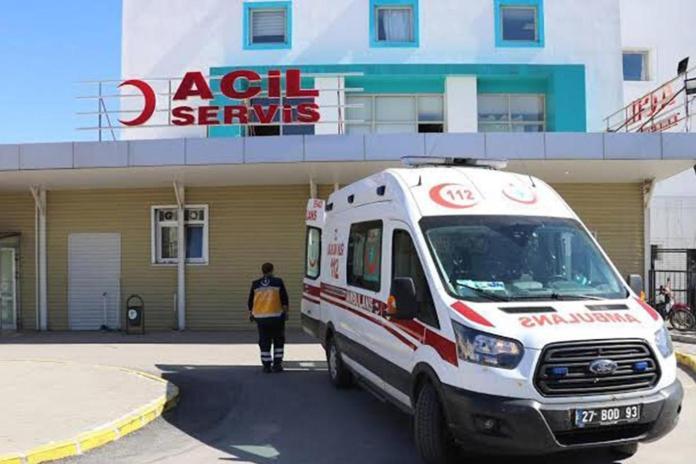 Gaziantep'in İslahiye ilçesinde bir inşaatın sıva çalışması için kurulan iskele halatının kopması sonucu inşaatın üçüncü katından düşerek yaralanan işçi, hastaneye kaldırıldı.