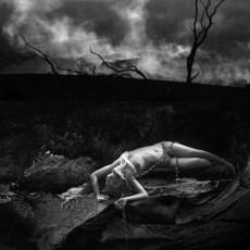 Encadenada... Caí bajo el fantasma nocturno.El mismo fantasma que besaba mi mano,que tomaba mis pies y los besaba.
