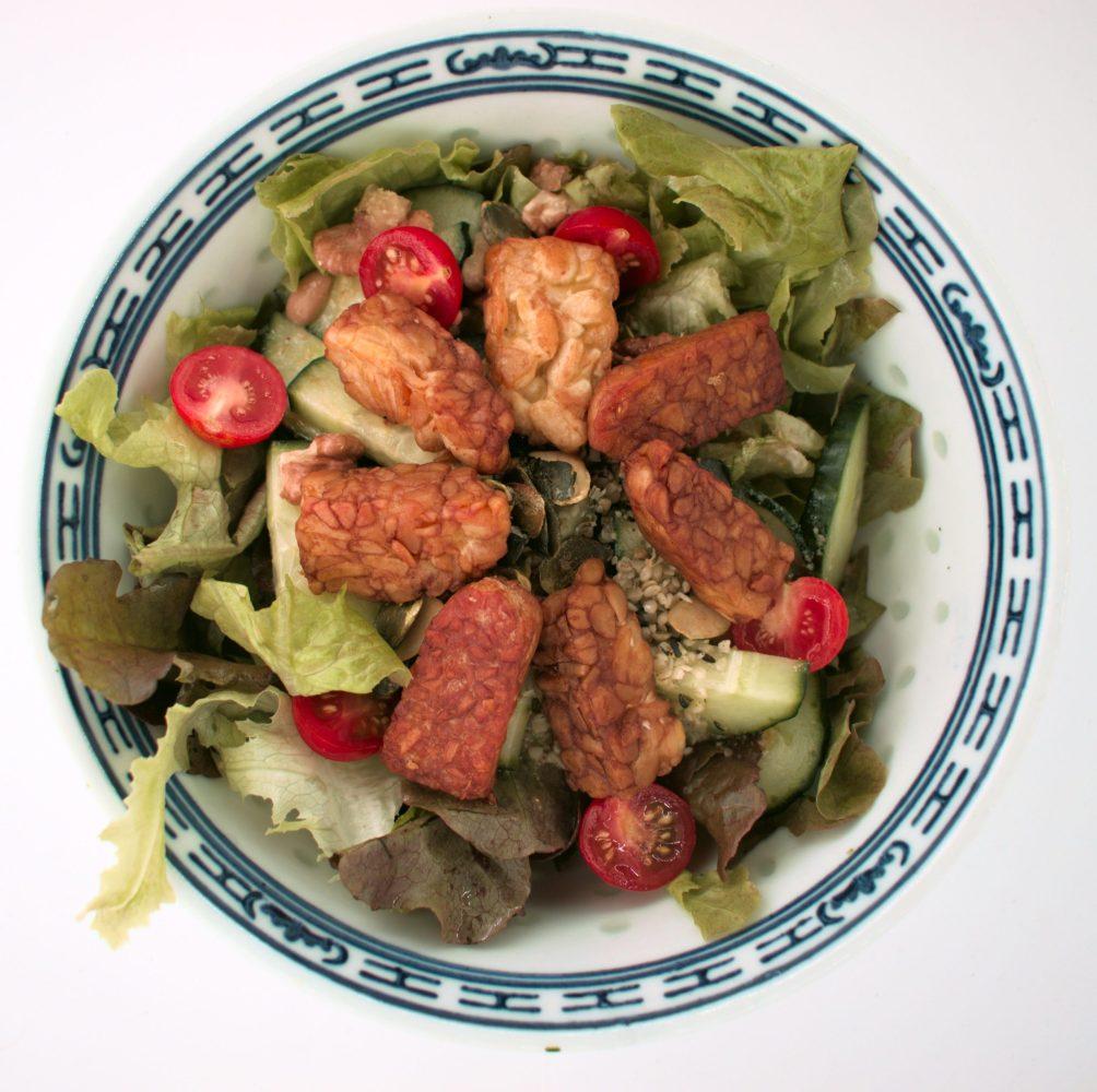 Tempeh schmeckt ausgezeichnet zu Salat. Man kann den Tempeh z.B. panieren und anbraten, marinieren und anbraten oder anbraten und mit Sojasauce ablöschen.