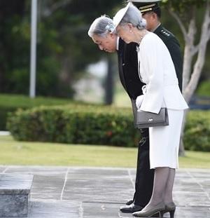 フィリピン戦没者慰霊碑に拝礼される両陛下