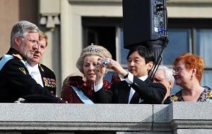 雅子のために写真を撮っている皇太子
