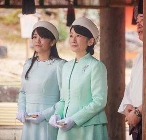 宮司から説明を受けられる紀子さま眞子さま