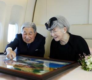 飛行機の中でベトナムの写真を見る天皇皇后