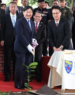 植樹をされて嬉しそうな皇太子殿下マレーシア