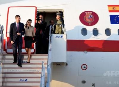 東京・羽田空港に到着したスペイン国王のフェリペ6世(左から2番目)と妻のレティシア王妃(左から3番目、2017年4月4日撮影)