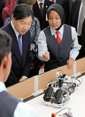 製作したロボットなどを披露する生徒らとの交流