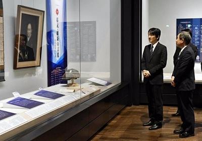 高知県立高知城歴史博物館の展示物を視察する秋篠宮さま(5月23日午後、高知市追手筋2丁目)