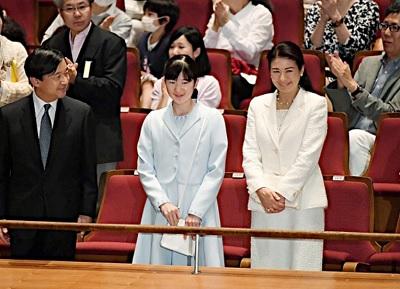 ウイーン少年合唱団をご鑑賞の皇太子、雅子さま、愛子さま