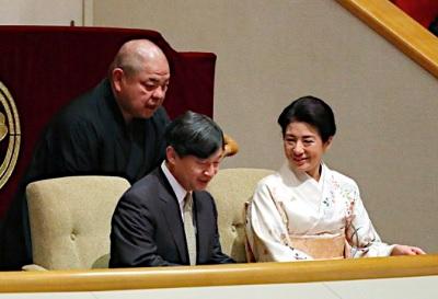 大相撲観戦をする皇太子殿下と雅子さま時事通信社