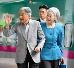 那須御用邸に向かうためJR東京駅に到着した天皇、皇后両陛下=24日午前、迫和義撮影