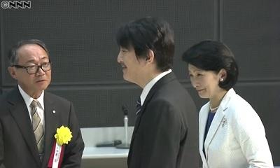 受賞者に声を掛けられる秋篠宮殿下紀子妃殿下