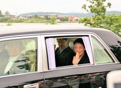秋田県に到着して沿道の人たちに応える雅子さま