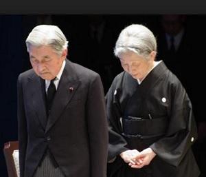 黙祷する天皇皇后その2