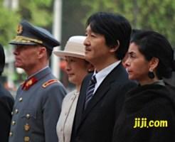 献花式に臨む秋篠宮ご夫妻