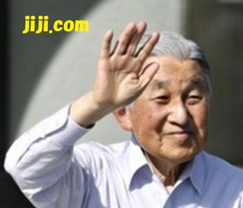 埼玉県深谷市の「渋沢栄一記念館」に到着し、集まった人たちに手を振られる天皇