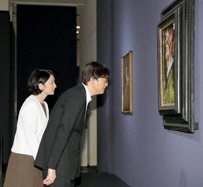 アルチンボルド展を鑑賞される秋篠宮ご夫妻=4日午前、東京・上野の国立西洋美術館(代表撮影)