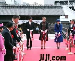 「出島表門橋」の完成記念式典で、テープカットされる秋篠宮殿下と紀子妃殿下=24日午後、長崎市(代表撮影)