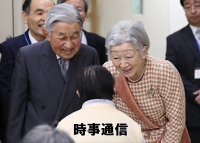 知的障害者施設「滝乃川学園」で入所者に声を掛ける天皇皇后