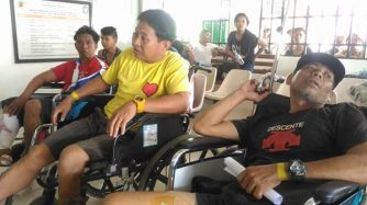 Victims Manuel Buladaco (in yellow) and Abelardo Francisco (black) and their injuries. Photos: Jay Apiag FB