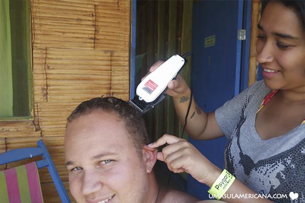 Bastidores de um mochilão - cortando o cabelo