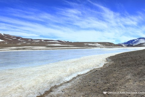 Laguna Diamante congelada durante o inverno no Atacama