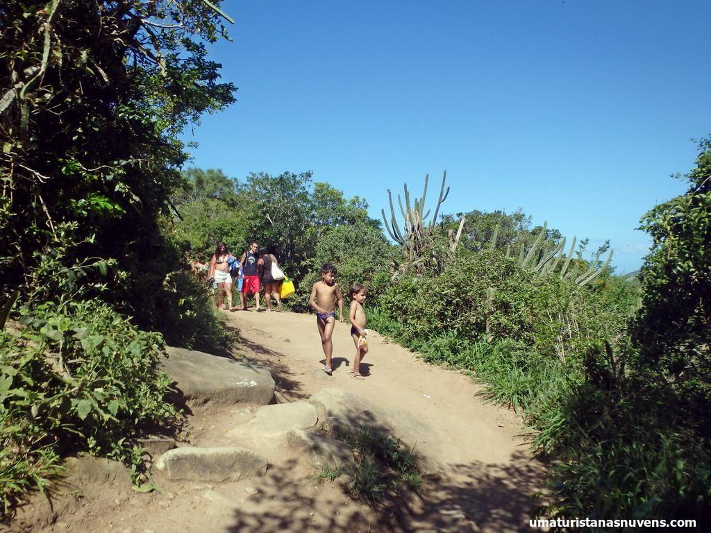 trecho da trilha Praia do Forno em Arraial do Cabo