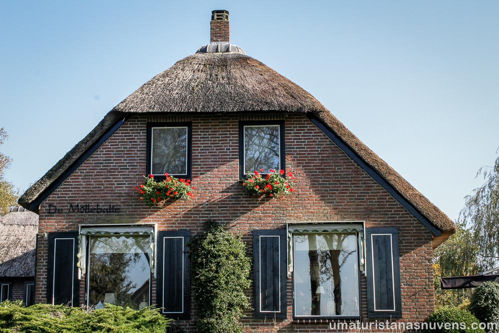 Olha que gracinha essa casinha com telhado de palha e o coração na janela