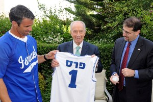 Former Team Israel manager Brad Ausmus poses with former Israeli president Shimon Peres in 2012 (Photo:flickr.com)