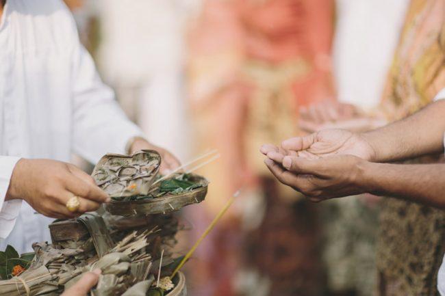 um-doce-dia-casamento-em-bali-indonesia-banyan-39