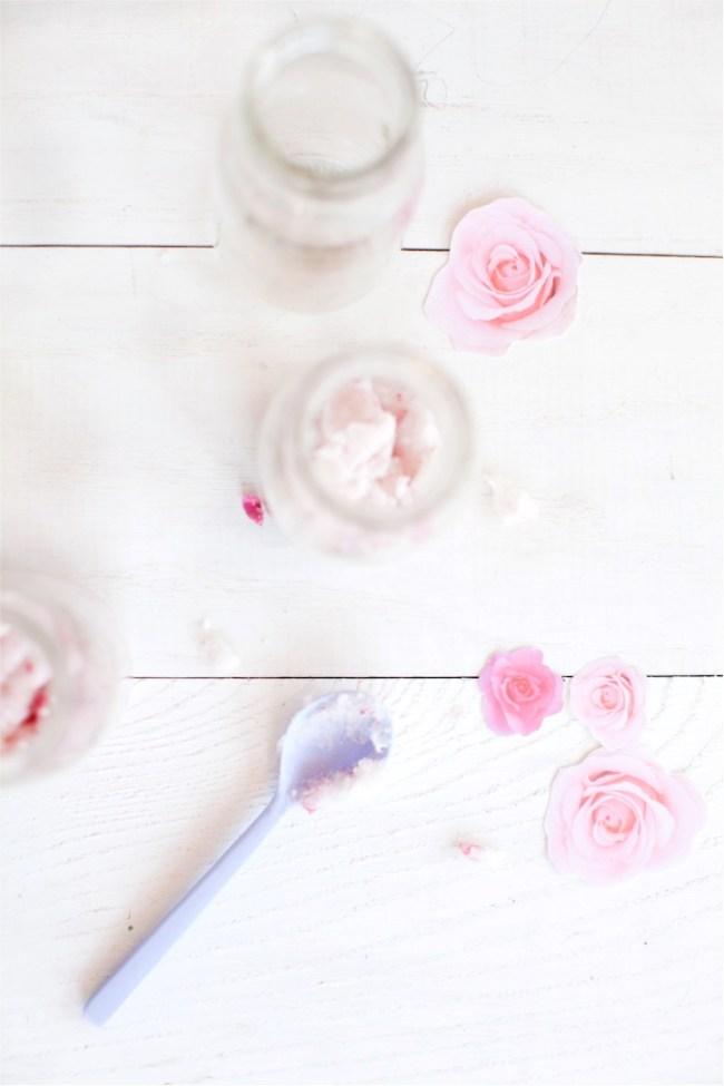 um-doce-dia-esfoliantes-de-rosas-com-hidratante-de-coco-02