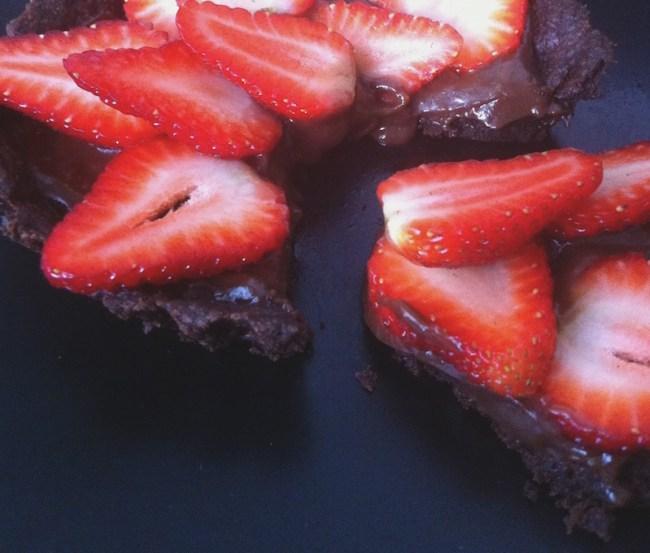 um-doce-dia-receita-torta-vegana-e-sem-lactose-de-chocolate-com-morangos-06