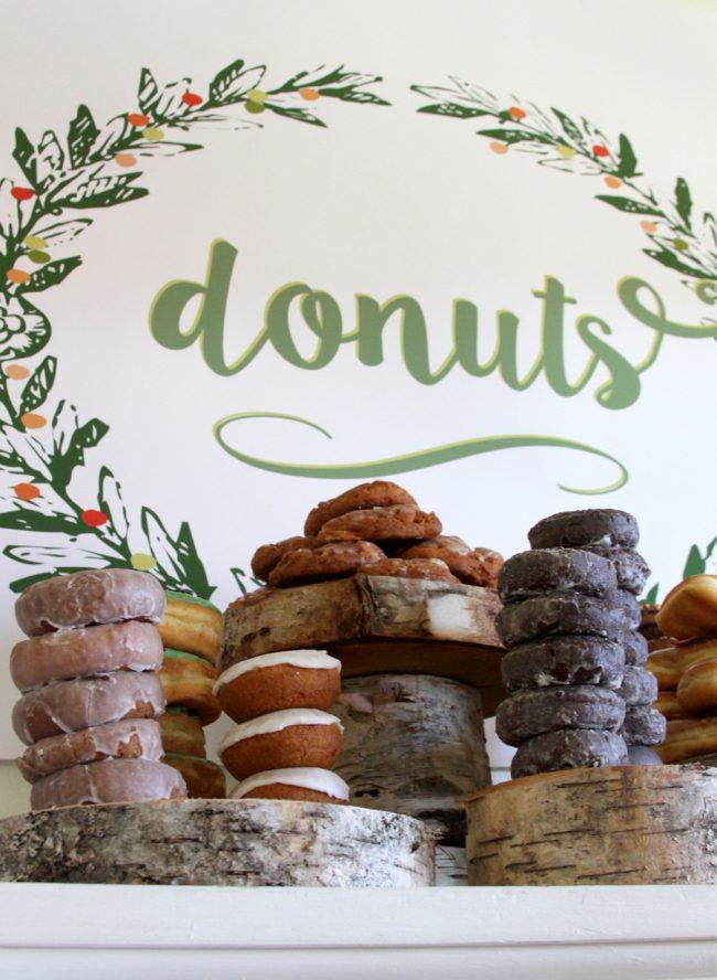 um-doce-dia-mesa-de-sobremesas-donuts-07