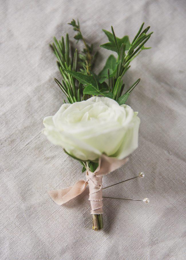 um-doce-dia-diy-boutonniere-rosa-e-ervas-01