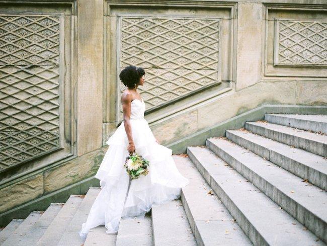 noiva subindo escadaria