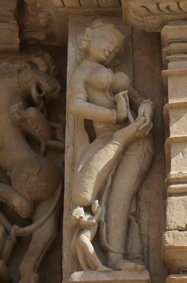 Apsara retirando um espinho do pé