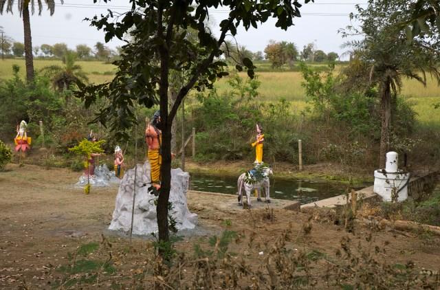 Templos religiosos na beira da estrada