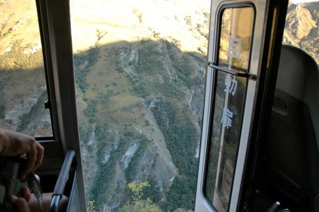 A porta do ônibus aberta dá uma sensação de queda no despenhadeiro.