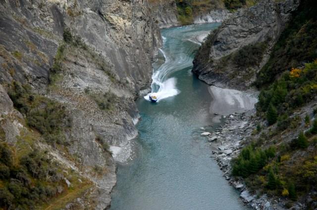O Jet Boat subindo o rio