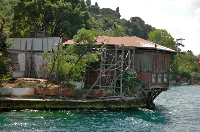 Casa antiga de madeira nas margens do Bósforo