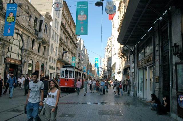 Avenida Istikal no centro de Istambul - Aqui a burca é difícil de se ver.