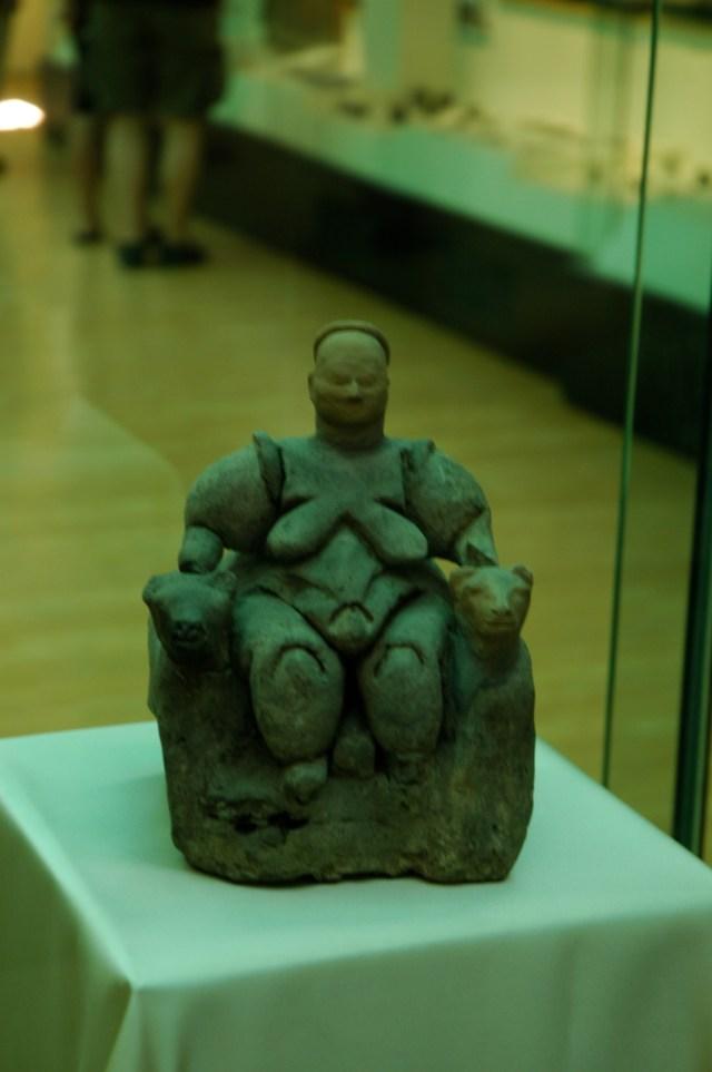 Estátua da Deusa Mãe - VI milênio a.c. achada em Çatalhöyük