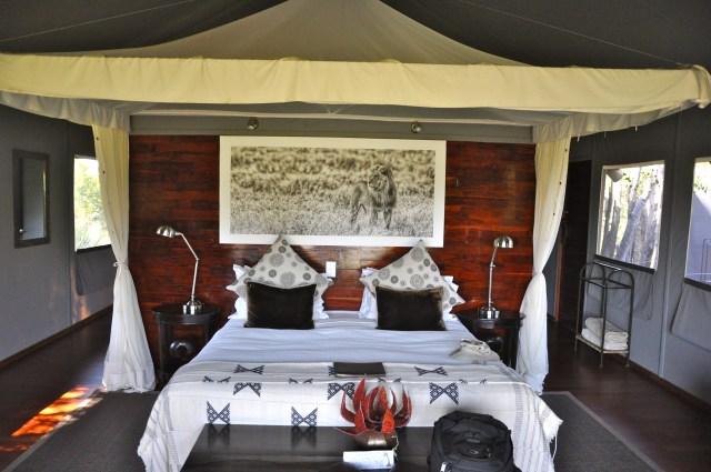 O interior da tenda do Acampamento Chitabe Lediba