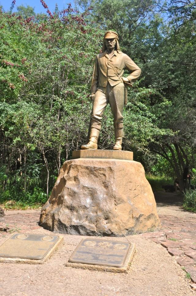 Estátua de David Livingstone em frente às Cataratas Victoria Falls