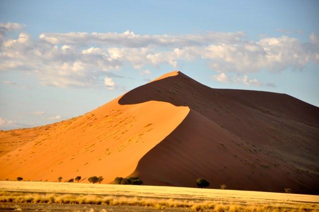 Ao amanhecer o contraste de cores nas dunas é maravilhoso.
