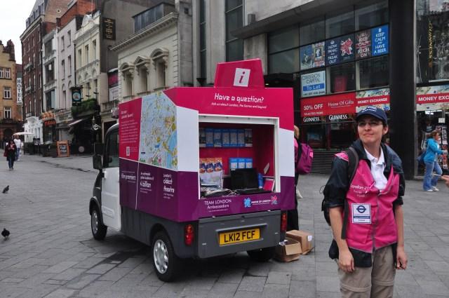 Voluntários e apoio para os turistas nas Olimpíadas de Londres 2012.